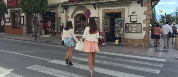 Junge Frauen überqueren die Straße