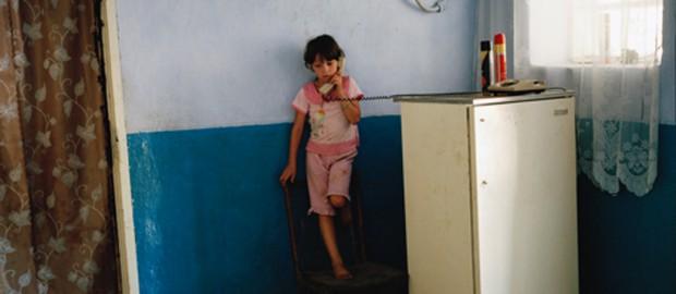 Ein Kind in der Republik Moldau telefoniert mit seiner Mutter, die im Ausland arbeitet. Foto: Andrea Diefenbach